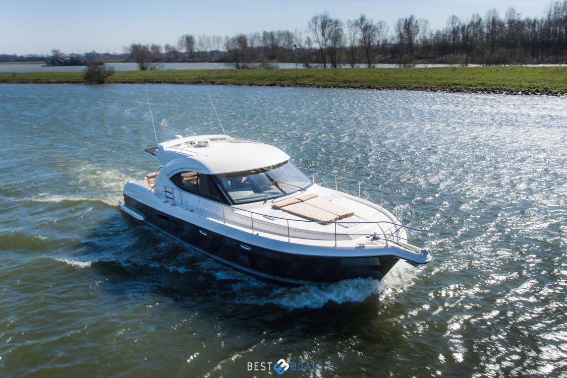 Riviera 4700 Sport Yacht ( 54.9 Feet 16.69 Mtr ) foto: 1